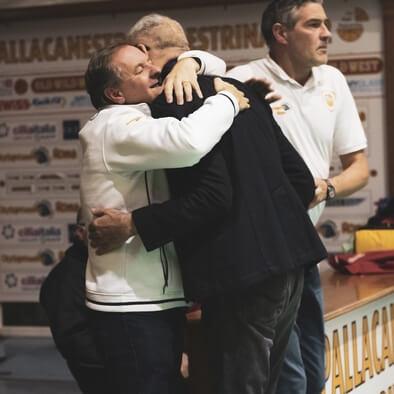 abbraccio tra mauro e coach