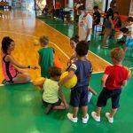 bambini in palestra con pallone