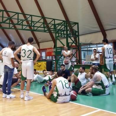 giocatori seduti intorno l'allenatore